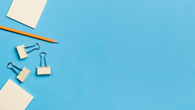Widok z góry ołówek i spinacze z miejsca kopiowania