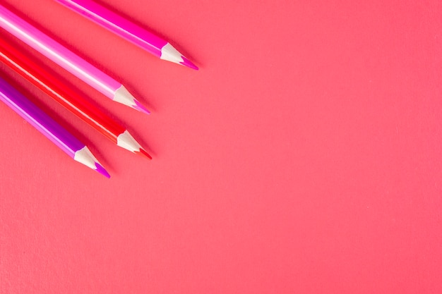 Widok z góry ołówki miejsca kopiowania różowych odcieni na różowym tle