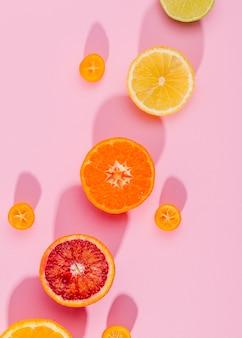 Widok z góry organicznych grejpfrutów i pomarańczy na stole
