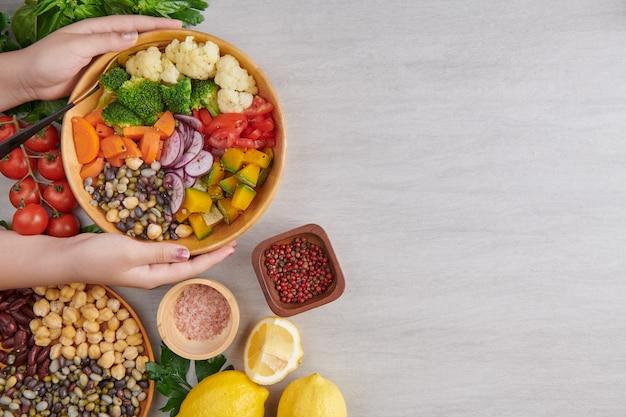 Widok z góry osoby podnoszącej salaterkę