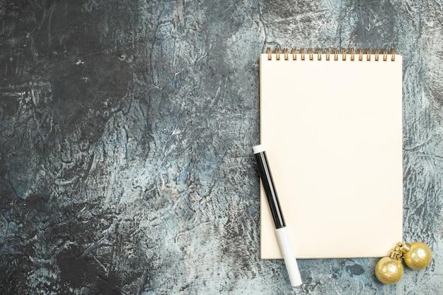 Widok z góry otwartego notatnika na szarej powierzchni