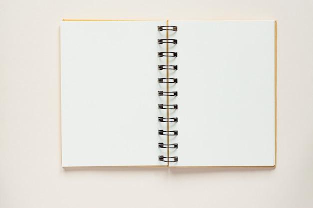 Widok z góry otwartego pustego notatnika z makulatury