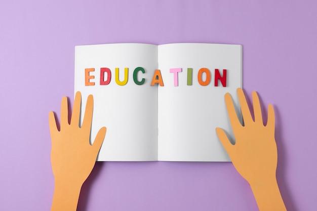 Widok z góry otwarty notatnik ze słowem edukacyjnym