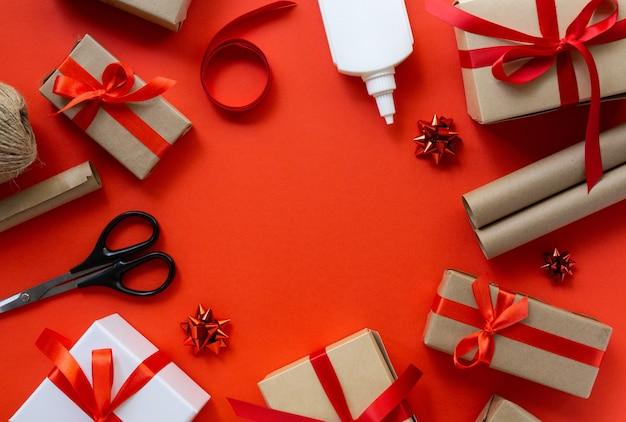 Widok z góry owinięte prezenty świąteczne