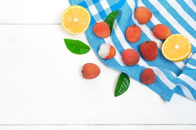 Widok z góry: owoce liczi i połówka cytryny