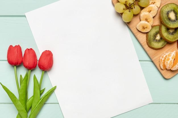 Widok z góry owoce z białym papierem