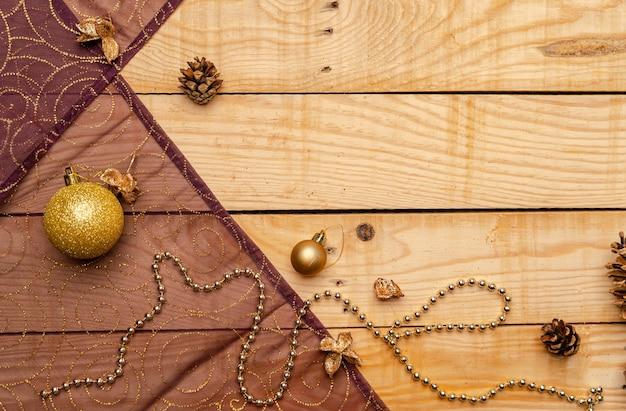 Widok z góry ozdób choinkowych na drewnianej teksturze