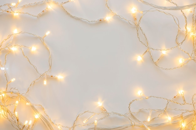 Widok z góry ozdobne białe światła bożonarodzeniowe