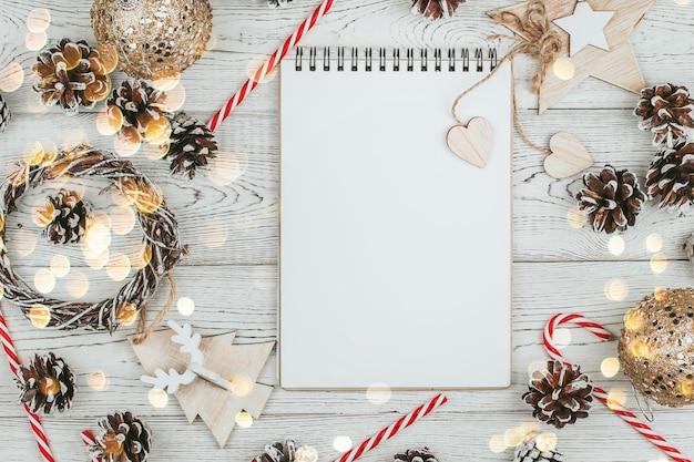 Widok z góry ozdoby świąteczne z notatnikiem