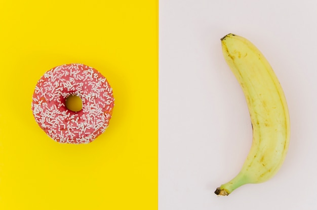 Widok z góry pączek vs owoc