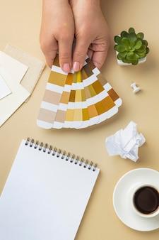Widok z góry palety kolorów do remontu domu z notatnikiem