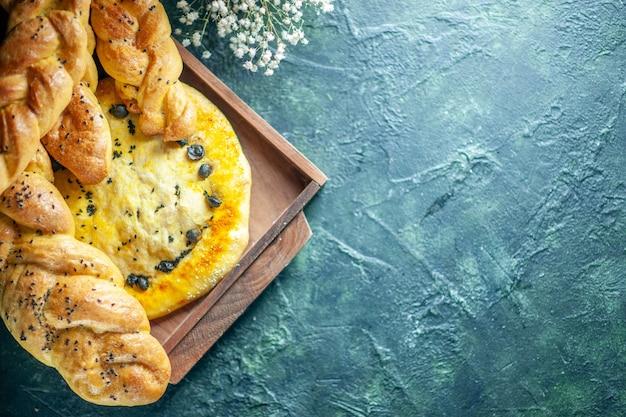 Widok z góry paluszki chlebowe z dzianiny na desce drewnianej na miejscu kopiowania stołu
