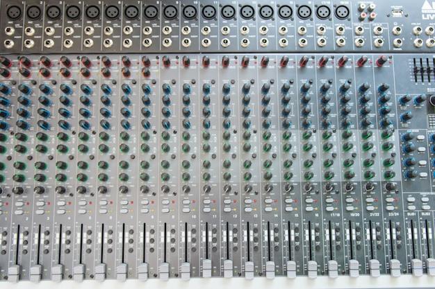 Widok z góry panelu sterowania miksera audio.