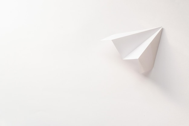 Widok z góry papierowy samolot z miejsca na kopię