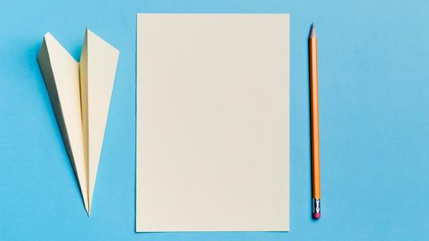 Widok z góry papierowy samolot z ołówkiem na biurku