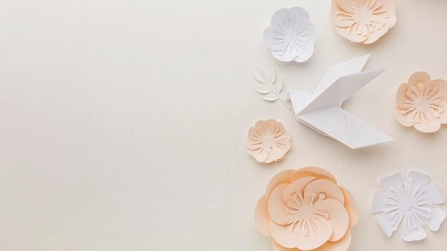 Widok z góry papieru gołąb z kwiatami i miejsca na kopię