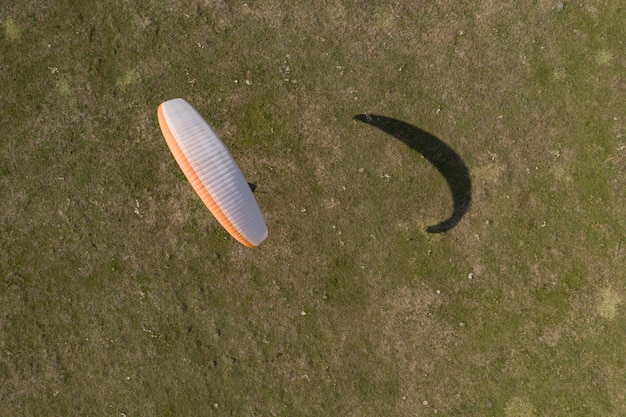 Widok z góry paralotnia, uczy się latać na polu samolotu.