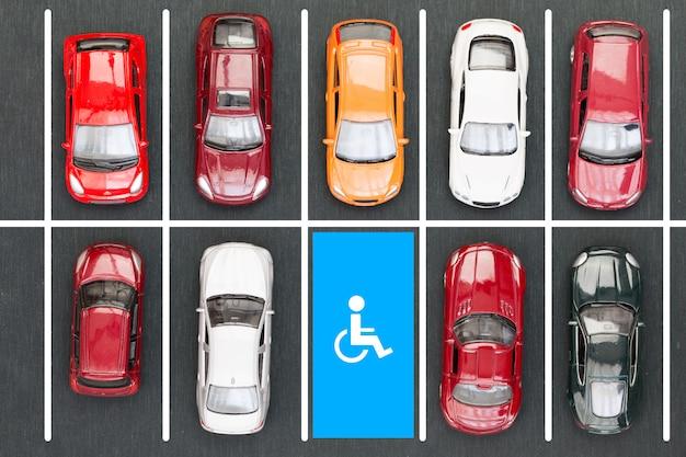 Widok z góry parkingu dla osób niepełnosprawnych