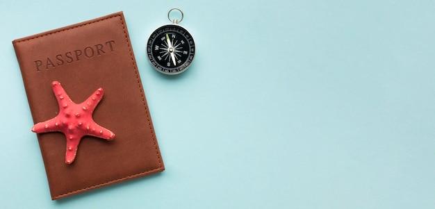 Widok z góry paszportu z kompasem na stole