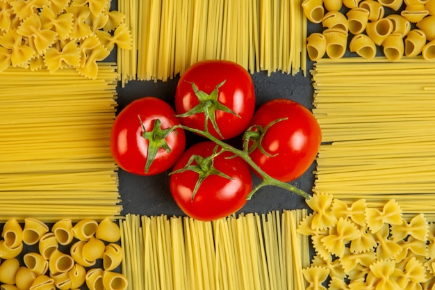 Widok z góry pęczek pomidorów z makaronem i spaghetti w formie wystroju