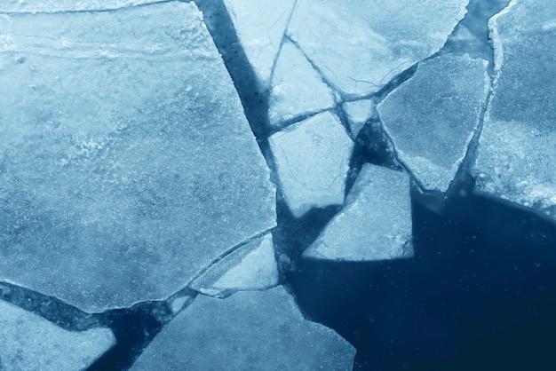 Widok z góry pęknięty niebieski lód, tekstura lodu