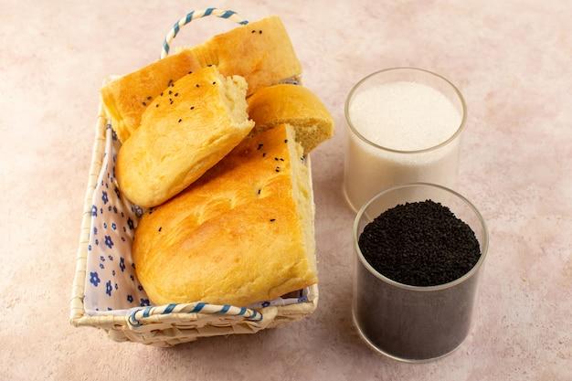Widok z góry pieczony chleb gorący smaczny świeży pokrojony wewnątrz pojemnika na chleb alogn z solą i pieprzem na różowo