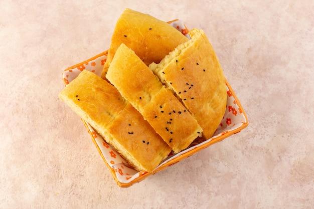 Widok z góry pieczony chleb gorący smaczny świeży pokrojony wewnątrz pojemnika na chleb na różowo