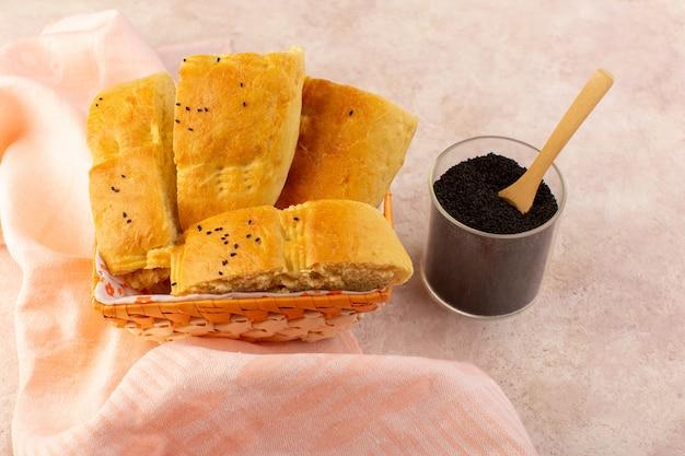 Widok z góry pieczony chleb gorący smaczny świeży pokrojony wewnątrz pojemnika na chleb wraz z pieprzem na różowo