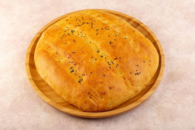 Widok z góry pieczony chleb gorący smaczny świeży wewnątrz okrągłego biurka na różowo