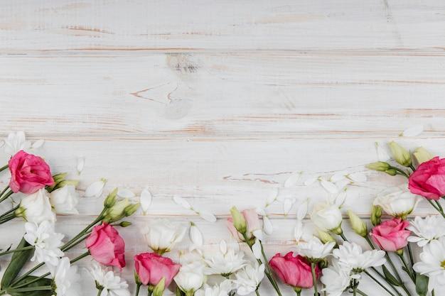 Widok z góry piękna kompozycja wiosennych kwiatów z miejsca na kopię