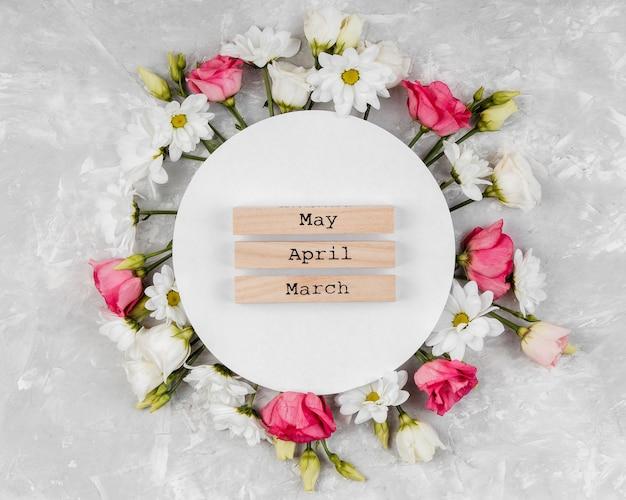 Widok z góry piękna kompozycja wiosennych kwiatów z okrągłą kartą