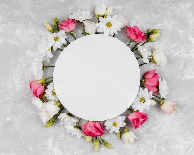 Widok z góry piękna kompozycja wiosennych kwiatów z okrągłą pustą kartą