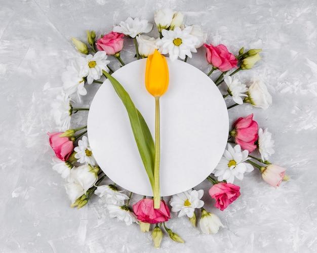 Widok z góry piękna kompozycja wiosennych kwiatów z żółtym tulipanem