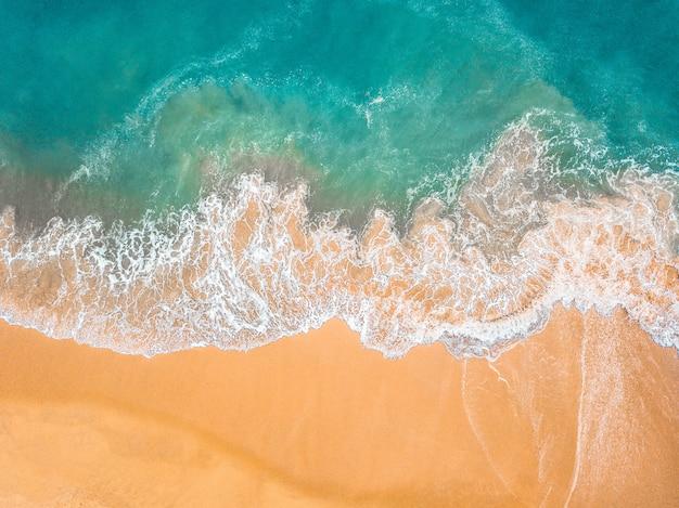 Widok z góry pięknej piaszczystej plaży z turkusową wodą morską