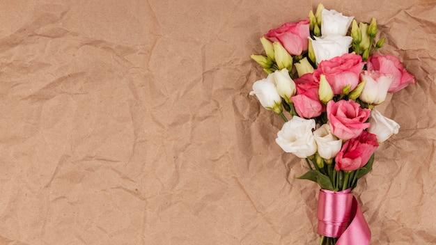 Widok z góry piękny bukiet róż z miejsca na kopię