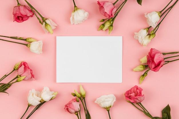 Widok z góry piękny układ róż z pustą kartą