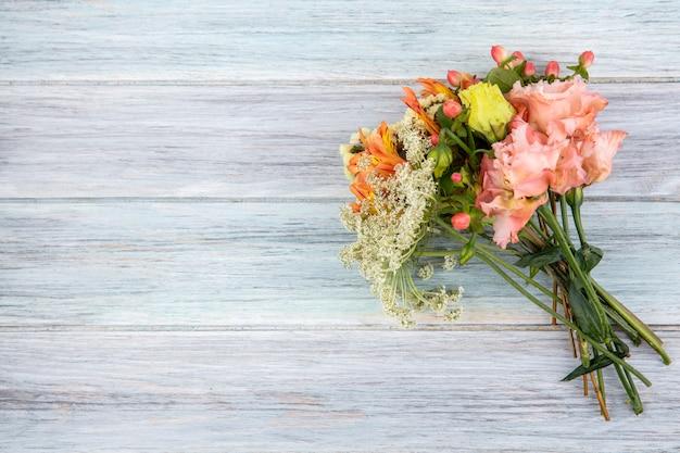 Widok z góry pięknych i kolorowych kwiatów na szarym drewnie z miejscem na kopię