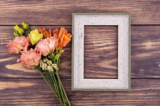 Widok z góry pięknych kolorowych i różnych kwiatów na drewnie z miejsca na kopię