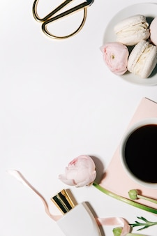 Widok z góry pięknych różowych kwiatów i słodyczy