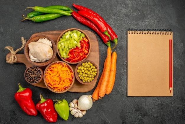 Widok z góry pikantna papryka z fasolą kurczaka i marchewką na ciemnym stole sałatka kolor dojrzałe świeże