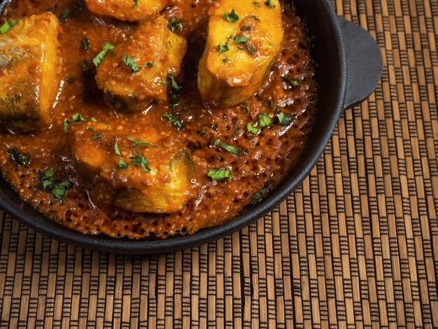 Widok z góry pikantnego i gorącego bengalskiego curry rybnego