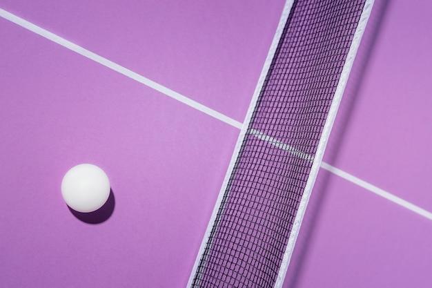 Widok z góry piłka i siatka do ping-ponga