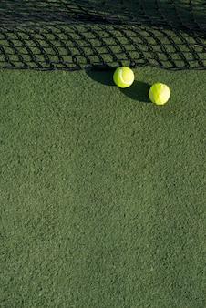 Widok z góry piłki tenisowe na ziemi