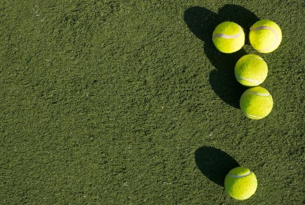 Widok z góry piłki tenisowe z miejsca na kopię