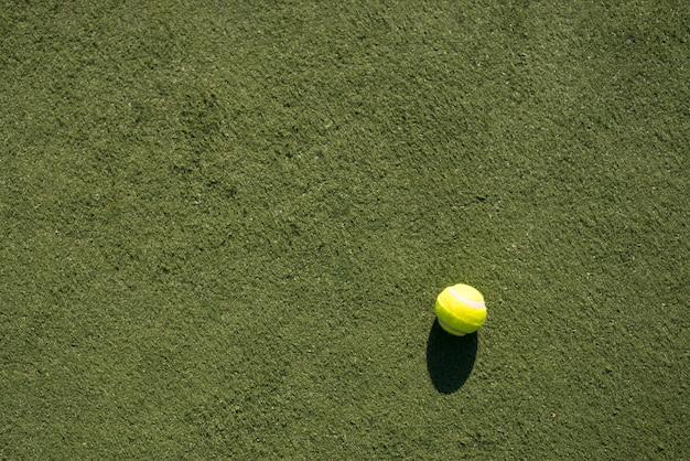Widok z góry piłki tenisowej na boisku