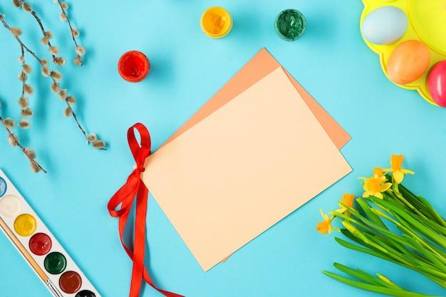 Widok z góry pisanek i pustą kartkę z życzeniami
