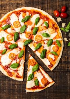 Widok z góry pizzy na drewnianym stole