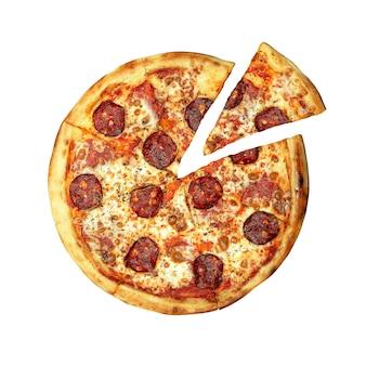 Widok z góry pizzy pepperoni z kiełbasą i serem pomidorowym i na białym tle