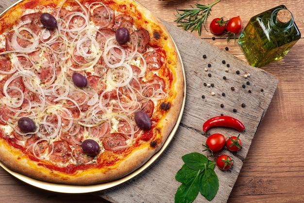 Widok z góry pizzy pepperoni