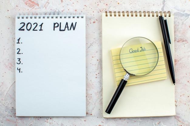Widok z góry plan napisany na notatniku długopis lupa karteczka samoprzylepna na notatniku na stole